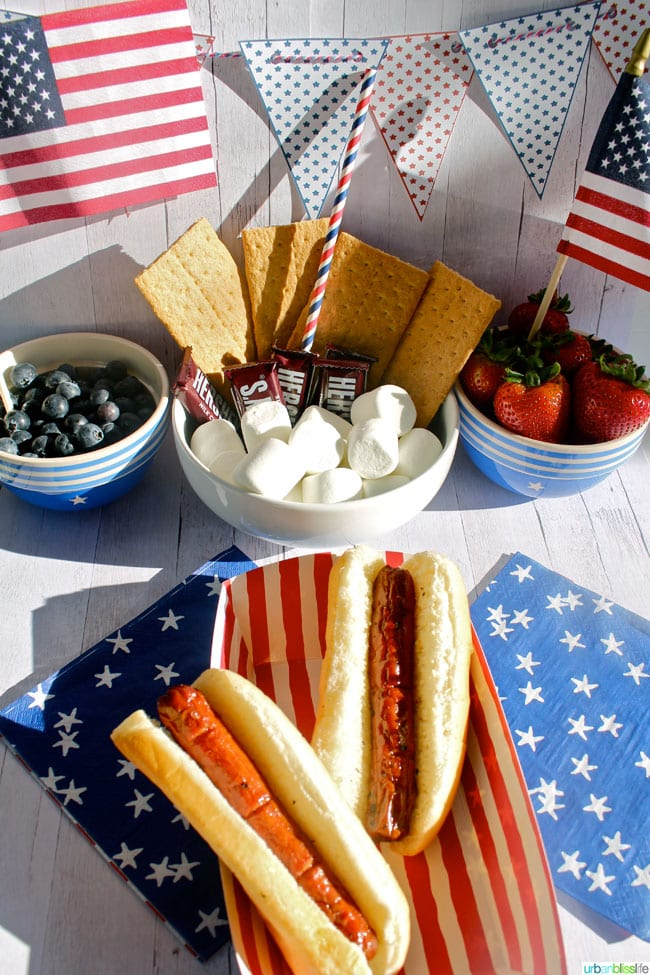 4th of July party decorations and hot dogs